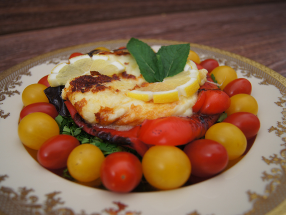 Жареный сыр сулугуни с овощами