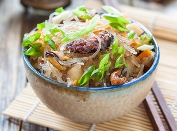 Стир-фрай с морепродуктами и фунчозой